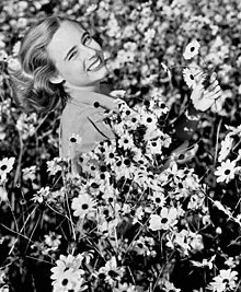 220px-Lois_Duncan_Steinmetz_in_a_field_of_daisies_in_Taos,_New_Mexico_(crop)