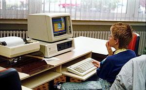 300px-Bundesarchiv_B_145_Bild-F077948-0006,_Jugend-Computerschule_mit_IBM-PC